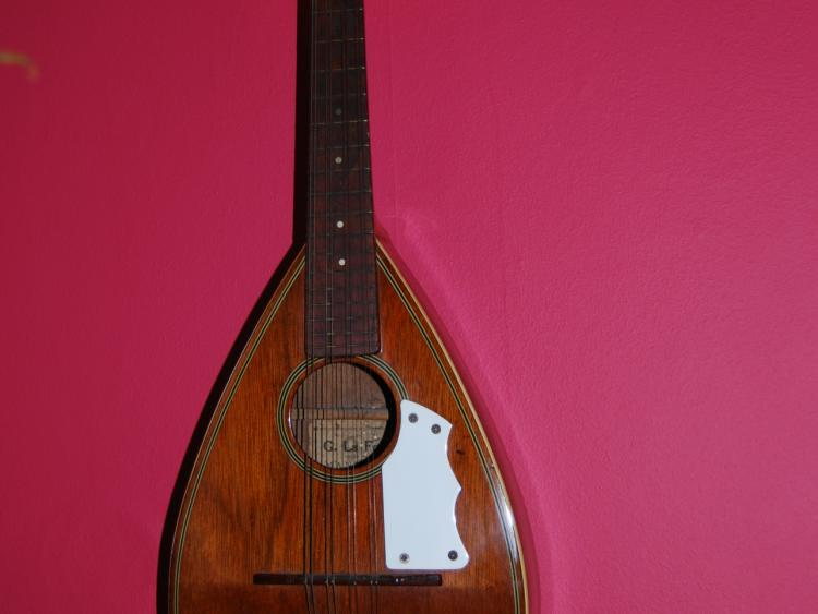 Mandolines, Bouzoukis et Lap steels - Page 4 1559114549557.jpg--vintage_mandolin_once_played_by_rory_gallagher_gifted_to_ballyshannon___district_museum